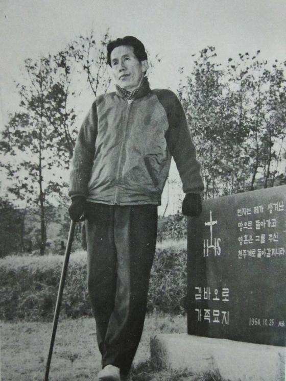 가족 묘지를 찾은 김홍섭 판사. 그는 이듬해 운명하여 이곳에 묻혔다. [사진 백만기]