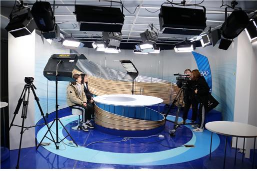 ▲세종-평창스튜디오에서 '세종창의인재스쿨'참가자들이 영상촬영을 직접 체험해보고 있다.
