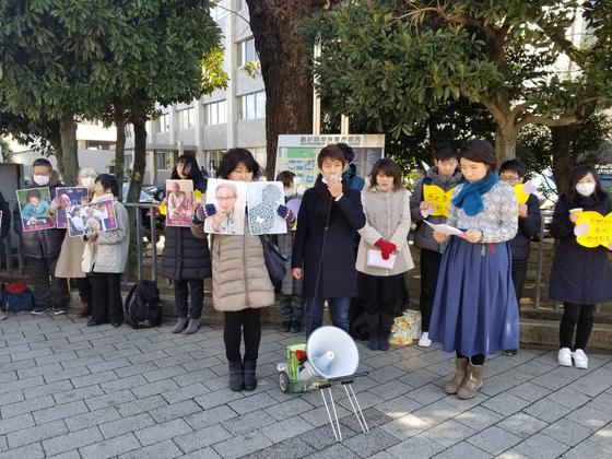1일 도쿄 치요다구 나가타쵸 총리 관저 앞에서 재일동포와 일본 시민들이 김복동 할머니를 추모하는 집회를 열고 있다. 윤설영 특파원