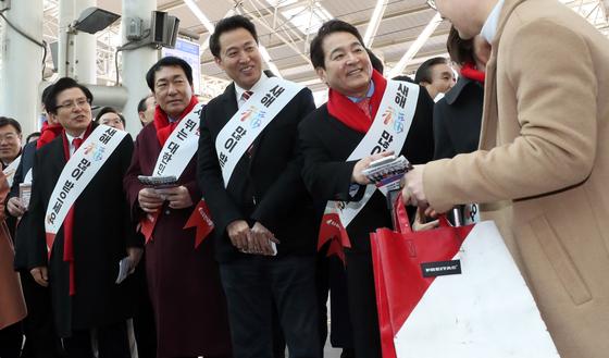 1일 서울역 플랫폼에서 당권에 도전하는 인사들이 귀성객들에게 인사하고 있다. 연합뉴스