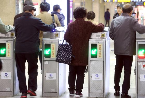 노인들이 서울 지하철 종로3가역에서 개찰구를 통과하고 있는 모습. 65세 이상 어르신이 가장 많이 하차한 지하철역으로 종로3가와 청량리역이 선정됐다. 최정동 기자