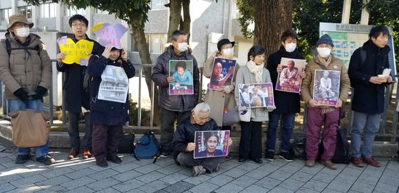 1일 도쿄 치요다구 나가타정 총리 관저 앞에서 재일동포와 일본 시민들이 김복동 할머니를 추모하는 집회를 열고 있다. 윤설영 특파원