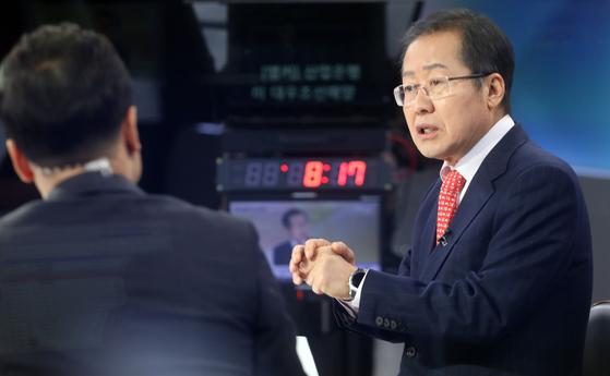 자유한국당 당권 도전을 선언한 홍준표 전 대표가 1일 오전 연합뉴스TV에 출연하고 있다. 연합뉴스