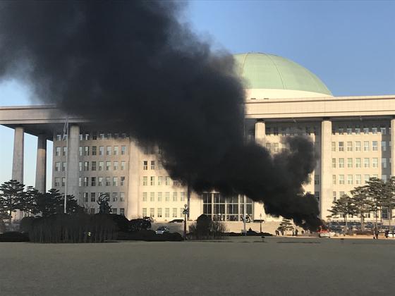 1일 오전 8시52분쯤 서울 영등포구 국회의사당 앞 잔디마당에서 승용차에 화재가 발생했다. [독자 제공]