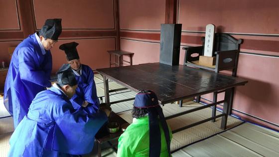 나라얼연구소 회원들이 도산서원 상덕사에서 퇴계 이황 선생을 뵙는 의식을 하고 있다. [사진제공 나라얼연구소]
