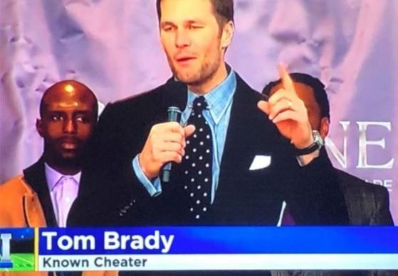 브래디가 등장한 화면에 '잘 알려진 사기꾼'이라는 자막이 달렸다. 이 방송국 PD는 해고됐다. [KDKA-TV 화면 캡쳐]