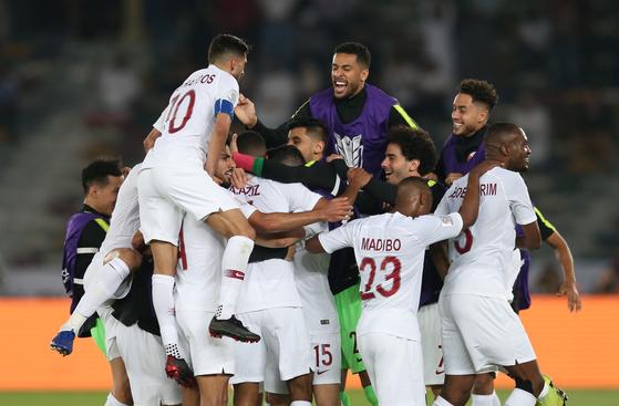 카타르 선수들이 아시안컵 결승전에서 우승을 확정지은 뒤 환호하고 있다. [EPA=연합뉴스]