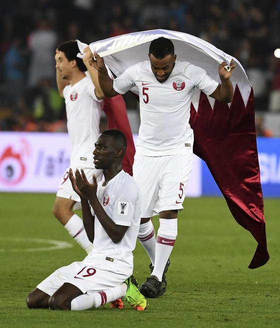아시안컵 우승 직후 에이스 알모에즈 알리(맨 앞)가 감사 기도를 올리고 있다. [AP=연합뉴스]