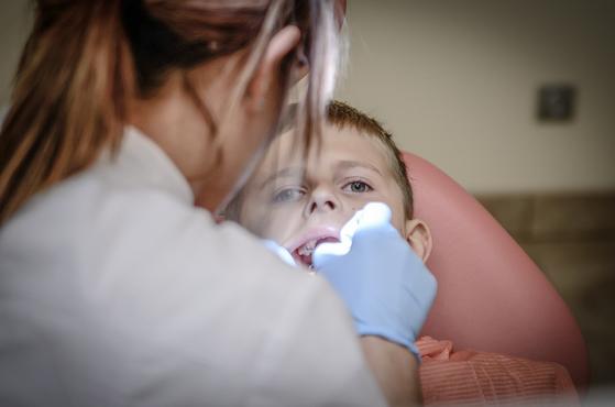 치과에 처음 온 아이는 병원 안으로 들어오는 것조차 거부하며 우는 일이 종종 있다. (내용과 연관없는 사진). [사진 pixabay]