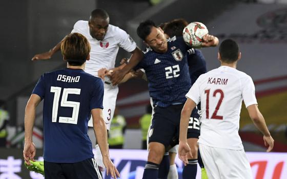 일본의 추격 의지에 찬물을 끼얹은 장면. 슈팅을 막으려던 일본 수비수 요시다 마야의 팔에 볼이 닿아 페널티킥 판정이 내려졌다. 카타르가 득점에 성공해 스코어를 3-1로 벌렸다. [AP=연합뉴스]