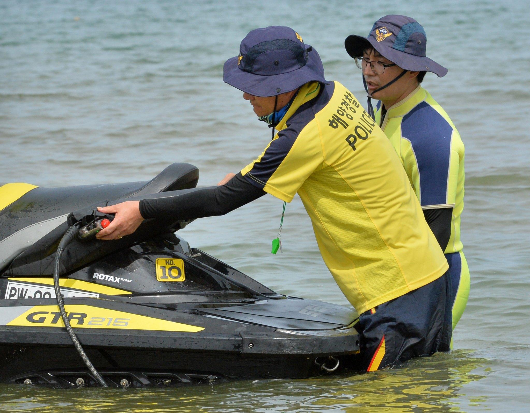 지난해 6월 경북 포항해양경찰서 해상구조대원들이 개장을 앞둔 영일대해수욕장에서 수상 오토바이에 상어 퇴치기를 설치하고 있다.상어 퇴치기는 수상 오토바이에 있는 전원과 연결해 상어가 싫어하는 전자파를 발생시켜 상어 접근을 차단한다. [뉴스1]