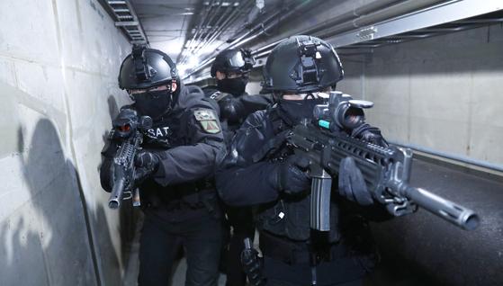 수방사 특공대대 장병들이 서울시내 한 지하공동구에서 열린 대테러 훈련에서 수색정찰 활동을 펼치고 있다. [김경빈 기자]