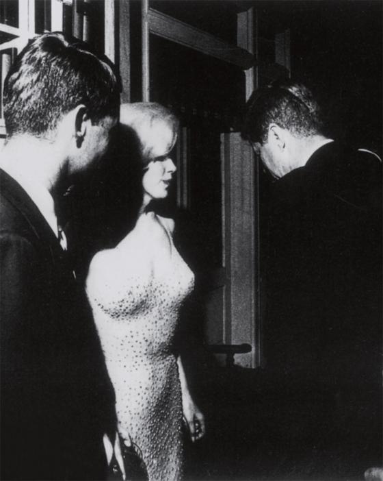 마릴린 먼로가 뉴욕 메디슨 스퀘어 가든에서 케네디 대통령의 생일 축하 노래를 부른 후 로버트 케네디(왼쪽)와 케네디 대통령을 만나고 있다.