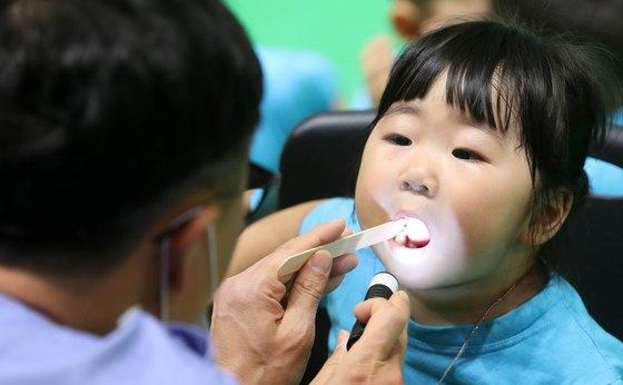 대전시 치과의사회 소속의 의사들이 지역의 유치원과 어린이집원생 5000여명을 대상으로 무료 구강 검진을 하고 있다. [뉴스1]