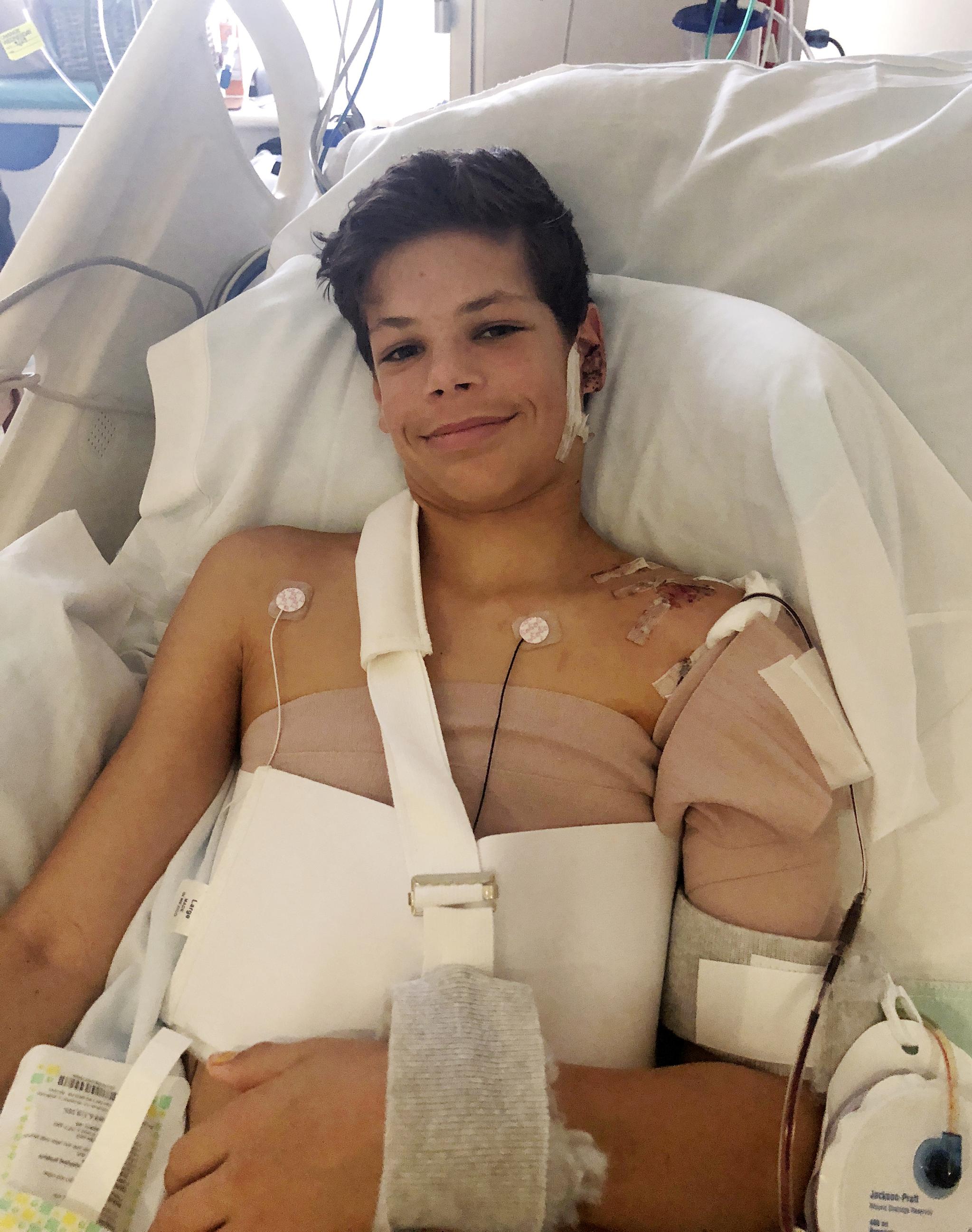 미국 남부 캘리포니아 해변에서 바닷가재를 잡기 위해 다이빙을 하다 상어에 물렸던 13살 소년 킨 웨브레-헤이스가 지난해 10월 산디에이고 병원에서 치료를 받고 있다. [AP=연합뉴스]