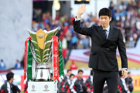 아시안컵 결승전 시상식에 우승트로피 전달자로 참석한 아시아 축구 레전드 박지성. [EPA=연합뉴스]