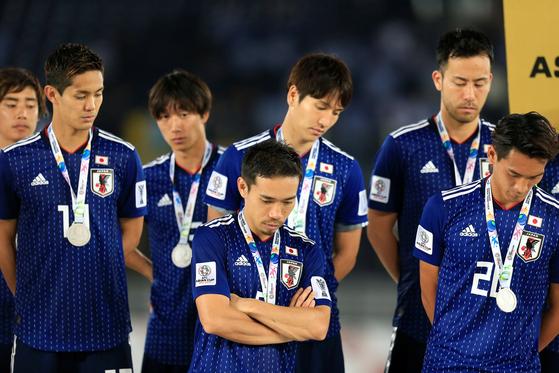 아랍에미리트(UAE) 아부다비의 자예드 스포츠 시티 스타디움에서 1일(현지시간) 열린 2019 아시아축구연맹 아시안컵 결승전에서 카타르에 3-1로 완패한 일본 대표 선수들이 준우승 메달을 목에 걸고도 침통한 표정을 짓고 있다. [연합뉴스]