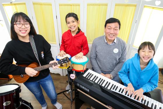 지난 1일 전남 강진군 '위스타트 글로벌아동센터'를 찾은 문경환 강진신협 이사장이 다문화가정 어린이들과 함께 노래를 부르고 있다. 프리랜서 장정필