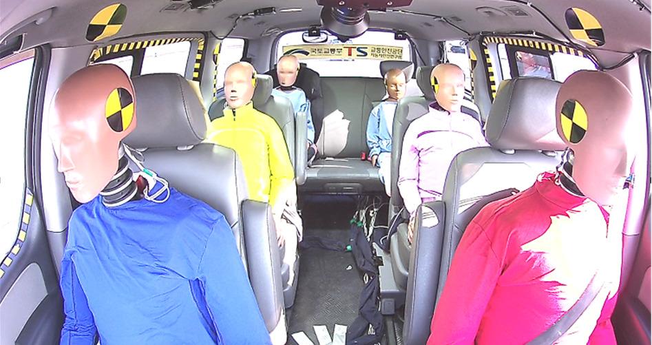 충돌 시험 전 모습. 모형의 절반은 안전벨트를 매고 있다. [사진 한국교통안전공단]