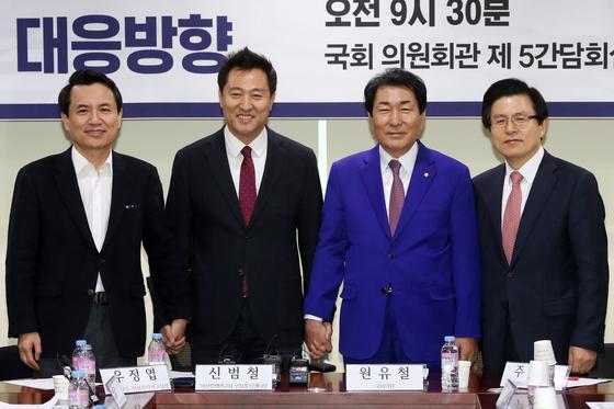 지난달 23일 북핵대응 세미나에 참석한 안상수 의원(오른쪽에서 두번째). 푸른 정장을 입고 다른 당권 주자들과 함께 기념촬영을 하고 있다. [뉴스1]