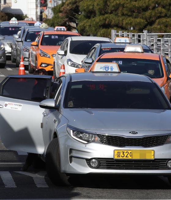 서울역 앞에서 줄지어 정차해 손님을 태우는 택시들. 서울 택시요금이 이달 16일부터 800원 인상될 전망이다. [연합뉴스]