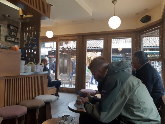 나의 소박한 꿈은 동네 카페에서 아침 햇살 맞으며 커피를 마시는 것이었다. 담배 연기 가득한 사라예보의 카페에서 현지인들 사이에 앉아 1천원짜리 커피를 마셨다. [사진 박헌정]
