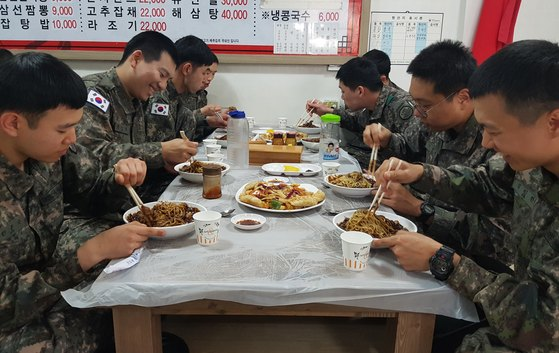 지난해 5월 육군 8군단 장병들이 외식기회 제도를 통해 평일에 강원 양양군 내 민간식당에서 점심식사를 했다. [육군 제공]