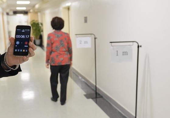 한 70대 골다공증 환자가 2m를 걷는 데 8초17이 걸렸다. 걷는 속도가 느리고 골다공증이 있으면 꾸준히 운동하고 단백질을 충분히 섭취하는 게 좋다. [중앙포토]