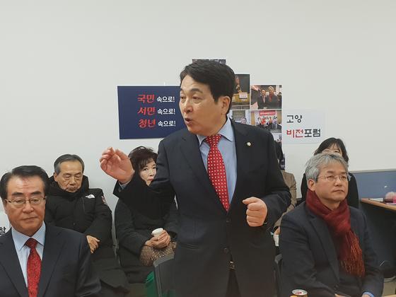 한국당 전당대회 출마를 선언한 심재철 의원이 30일 경기 고양에서 지역 당원들과 만나 간담회를 하고 있다. 김준영 기자