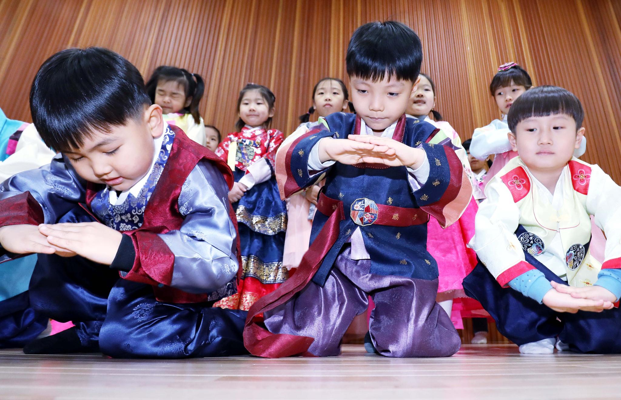 민족 최대 명절 설 연휴를 사흘 앞둔 지난달 30일 대전 중구 효문화마을 내 효체험관을 찾은 어린이들이 한복을 곱게 차려입고 세배하는 법을 배우고 있다.프리랜서 김성태