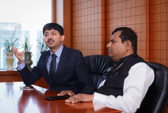 한국을 방문한 우탐 바그라 뭄바이증권협회(BBF) 회장(왼쪽)과 브이 발라 인도 국제금융서비스센터(IFSC)의 최고경영자(CEO)를 지난 1일 인터뷰했다. [사진 금융투자협회]