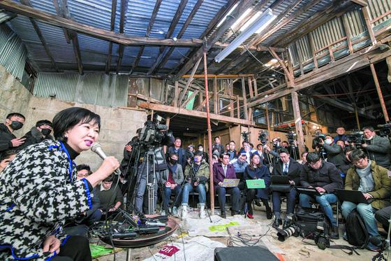 지난달 23일 목포에 내려와 기자간담회를 자처한 손혜원 의원. 프리랜서 장정필