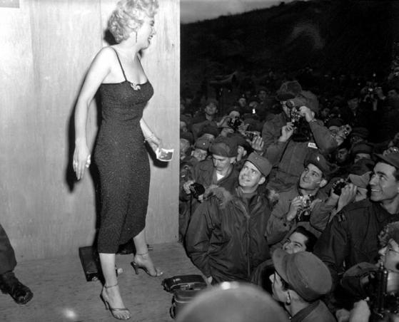 신혼여행 중에 한국에 와서 그것도 병사들의 복장만으로 짐작 알 수 있을 만큼 추운 날씨에 가벼운 차림으로 공연을 펼친 노마 모텐슨. 그녀가 바로 만인의 연인이었던 마릴린 먼로다. [wikipedia.org]
