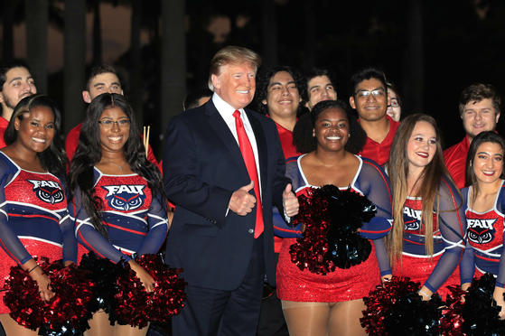 도널드 트럼프 미국 대통령이 3일 플로리다 웨스트 팜비치 트럼프 인터내셔널 골프클럽에서 2019년 미식축구 결승전 슈퍼볼 관람 행사에 참석해 플로리다 애틀랜틱대학 치어 리더들과 포즈를 취하고 있다.[AP=연합뉴스]