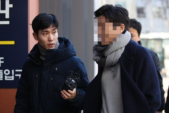 서울 강남의 유명 클럽 '버닝썬'에서 폭행을 당했다고 신고했다가 경찰에 입건된 김모씨가 1일 오전 성추행과 업무방해 등 혐의 피의자로 경찰 조사를 받기 위해 서울 강남경찰서로 들어서고 있다. [연합뉴스]