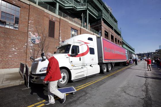 스프링 트레이닝이 필요한 장비를 가득 실은 보스턴 레드삭스의 대형 트럭. [연합뉴스]