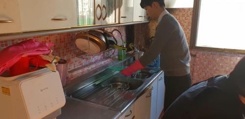 김유정 양(16·가명) 집안 정리를 위해 나선 자원봉사자의 모습. [서울 관악구 제공]