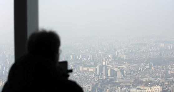 미세먼지로 인해 흐린 서울 도심. 납을 포함한 미세먼지 노출을 피하고 외출에서 돌아올 때 오염된 흙이 집 안으로 들어오는 것을 방지하고 자주 청소해 먼지를 마시지 않도록 한다. 김선웅 기자