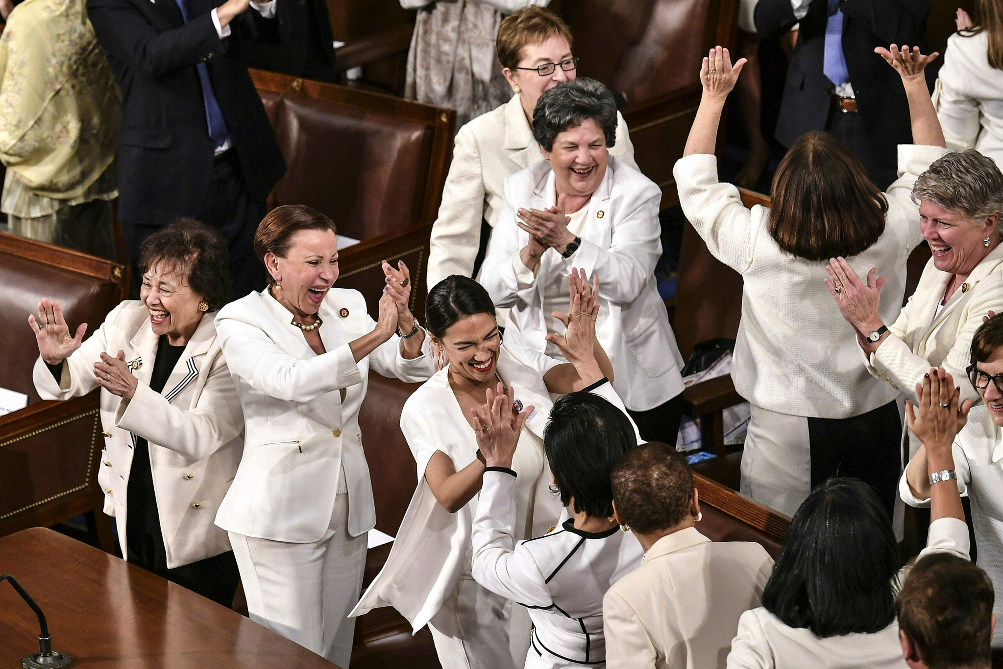 미국 민주당 여성 의원들이 5일(현지시간) 워싱턴 국회의사당에서 열린 도널드 트럼프 미국 대통령의 국정연설에 흰 옷을 입고 참석했다. 이날 트럼프 대통령이 경제 성과를 언급하며 미국 직장 내 여성들의 비율이 높아지고 있다고 강조하자 여성 의원들이 기립박수를 치며 환호하고 있다. [AFP=연합뉴스]