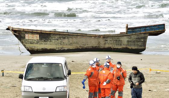 지난해 아키타(秋田)해상보안부가 현내 오가(男麓)시 해안에 표류해 떠내려온 북한 목조선 .이 배의 내부에서는 8명의 시신이 발견됐다. [교도=연합뉴스]