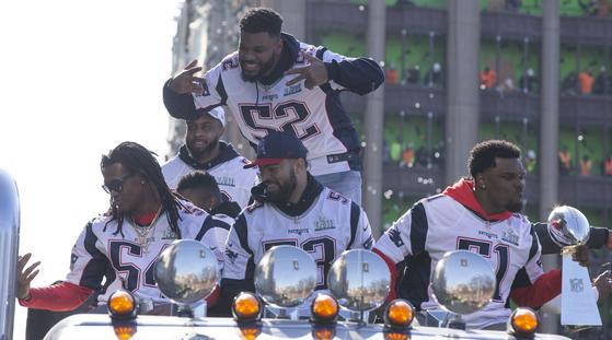 수퍼보울 우승을 차지한 뒤 보스턴 다운타운에서 카 퍼레이드를 하는 패트리어츠 선수들. [연합뉴스]