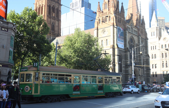 호주 멜버른의 구석구석을 연결하는 35번 트램. 아들이 사는 멜버른은 세계에서 가장 살기 좋은 도시 1,2위에 자주 오른다. 법과 질서가 잘 지켜진다는 것은 음지에서 보면 조금은 냉정하다는 느낌이 들었다. 오종택 기자