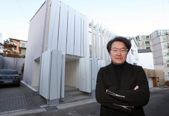 건축가 하태석 씨가 구기동 '아이엠하우스' 앞에 섰다. 동네에서 살아 있는 집으로 유명하다. 강정현 기자