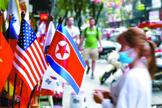 지난달 29일 베트남 하노이의 한 가게에 북한과 미국 국기 등이 걸려 있다. 김정은 국무위원장과 도널드 트럼프 대통령이 만나는 2차 북·미 정상회담이 오는 27~28일 베트남에서 열린다. [AP=연합뉴스]