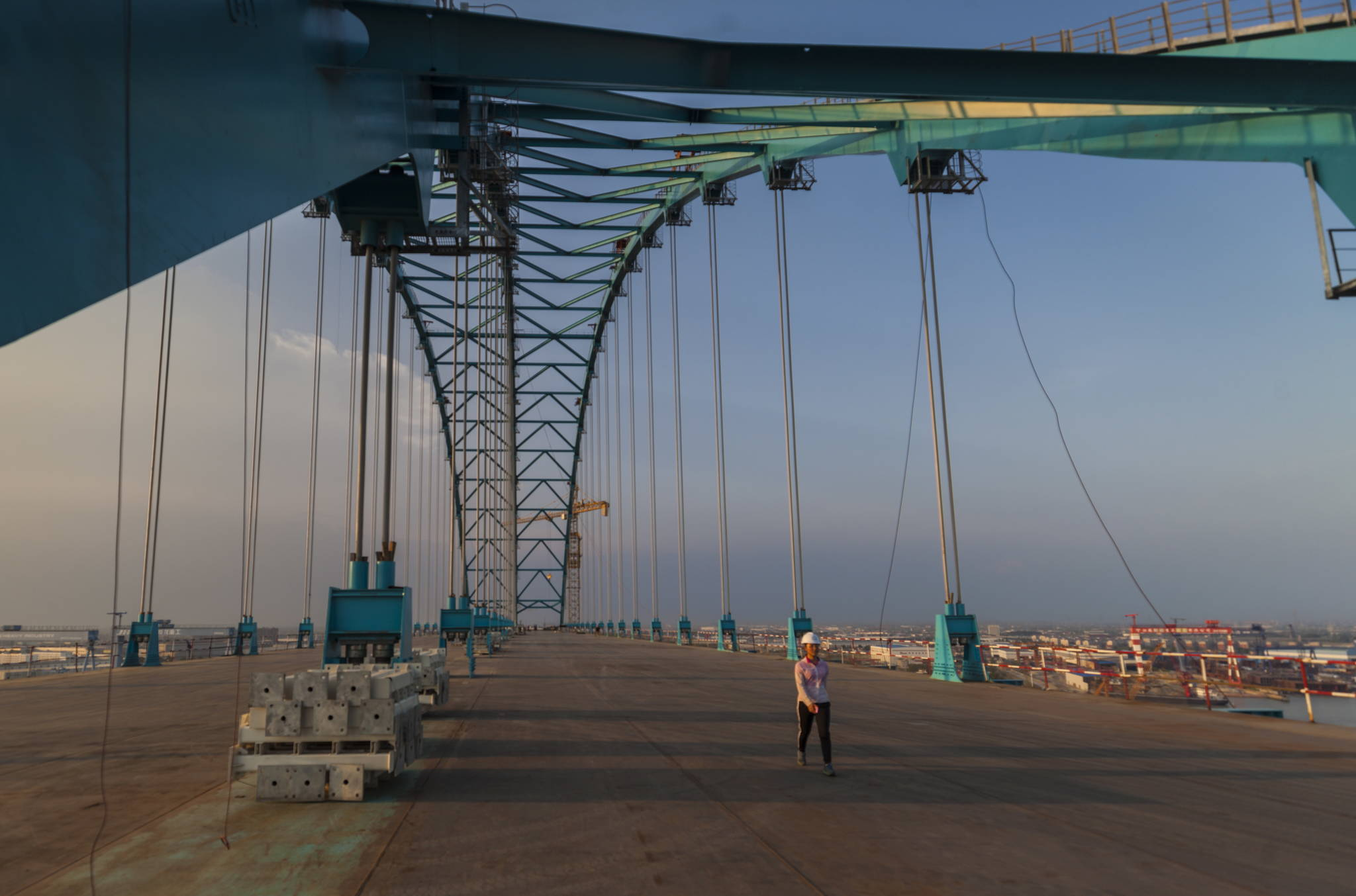 올해 안에 완공될 예정인 상하이-난퉁 양쯔강 대교. 길이가 11km에 이르며 아래에는 하부에는 철로 4개가, 상부에는 6개 차로의 고속도로가 들어서게 된다. [EPA=연합뉴스]