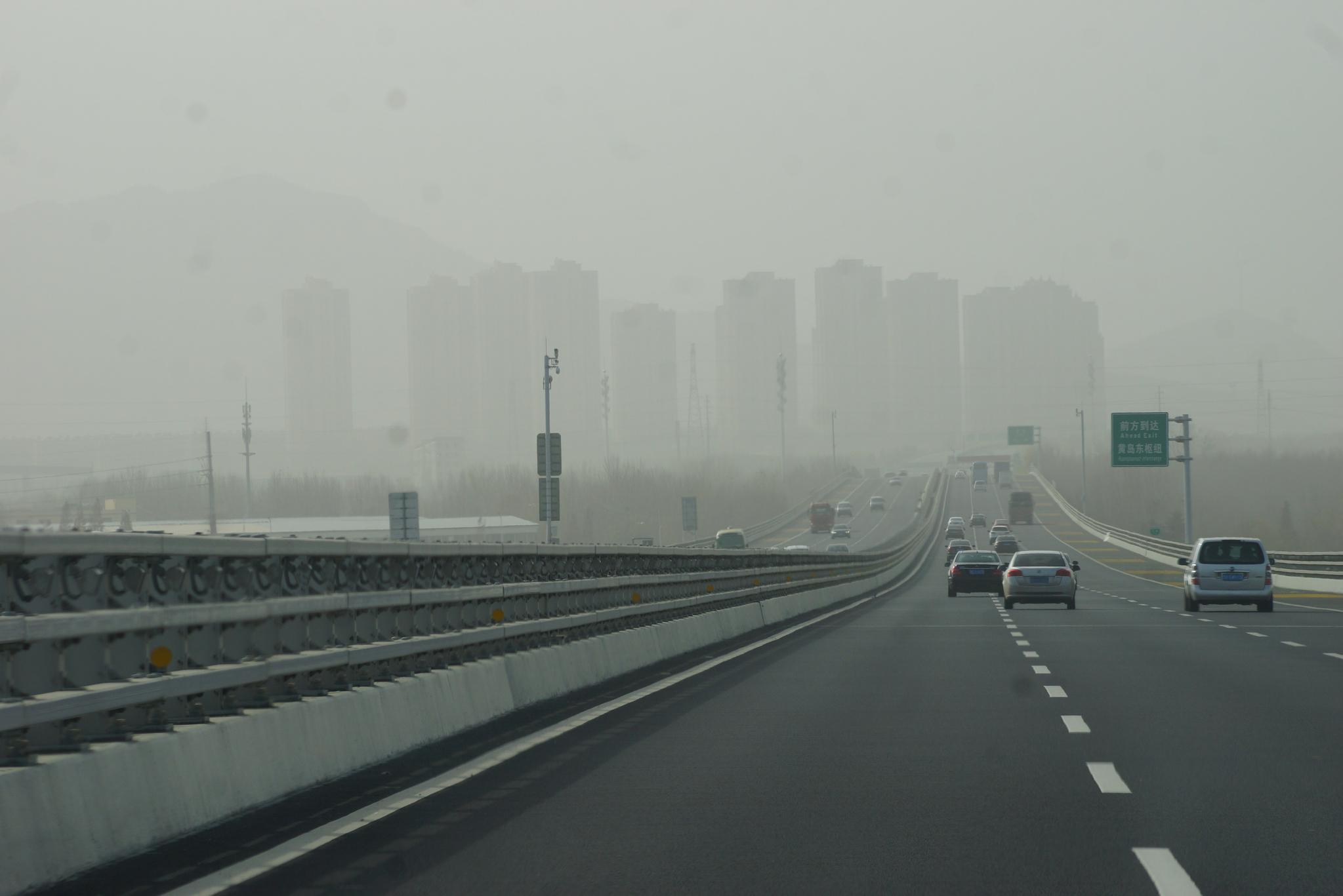 중국 산둥성 칭다오 인근 고속도로. 주변에 새로 들어서고 있는 아파트 단지들이 스모그에 쌓여 있다. 칭다오=강찬수 기자