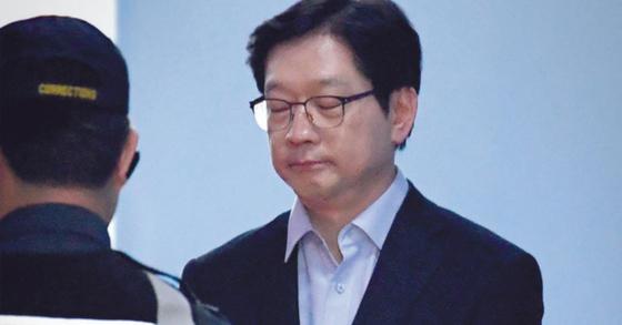 지난달 30일 법정구속된 김경수 경남지사가 호송차에 오르고 있다. 김경록 기자