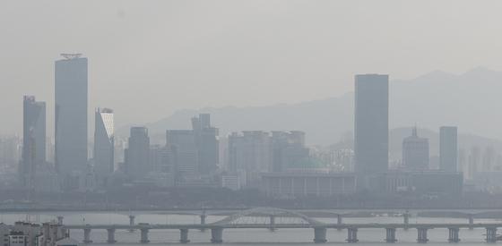 지난달 22일 서울 여의도 일대가 미세먼지로 뿌옇다. [뉴스1]