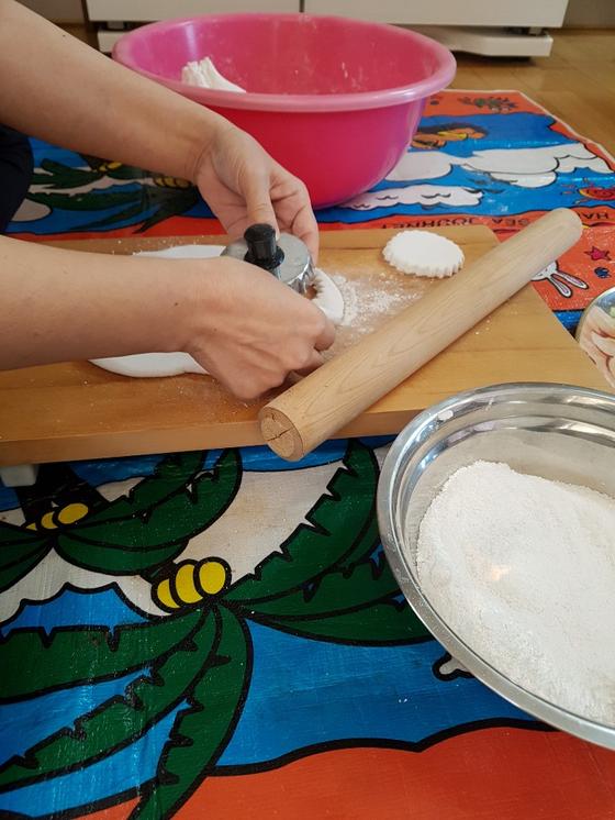 제주도에서만 볼 수 있는 '기름떡'. 쌀가루를 익반죽해 기름에 굽고 설탕을 뿌려 준비한다. [사진 김현주]