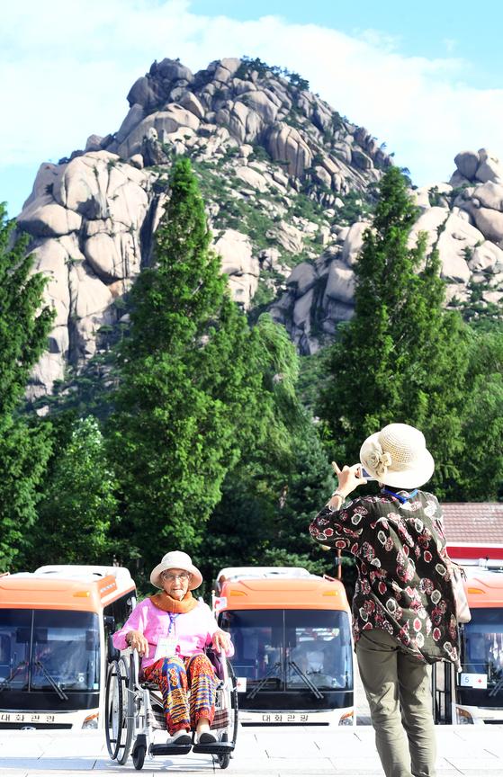 '21차 이산가족 상봉 행사(2회차)'에서 한국 최고령 상봉 대상자인 강정옥(100) 할머니가 금강산 매바위를 배경으로 기념사진을 촬영하고 있다. [사진 공동취재단]